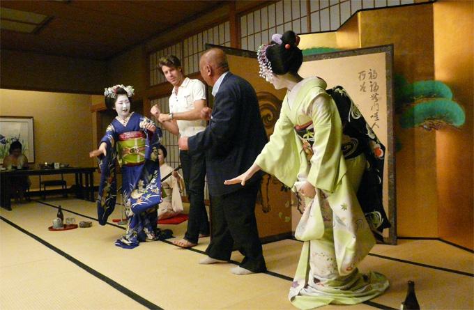 舞妓さんとお座敷遊びで、京都・祇園の夜を満喫