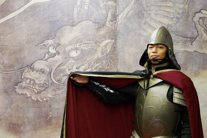 本格的なメイクに鎧を身に付ければ、鏡に映る姿はまさしく戦国武将